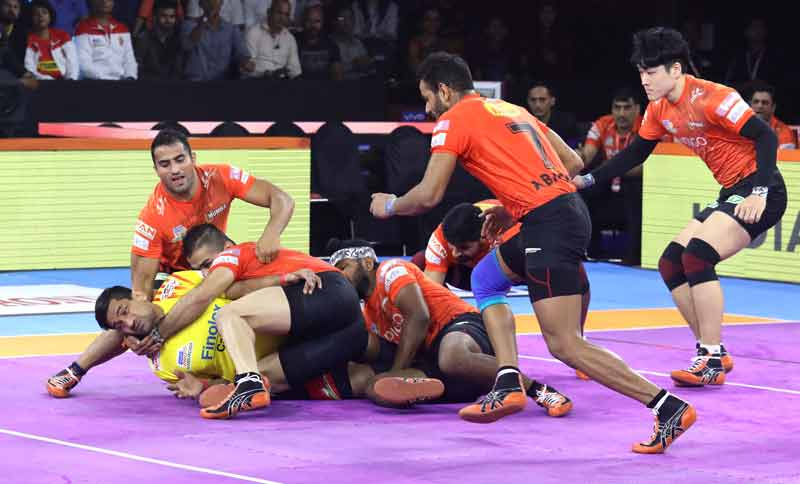 U Mumbas tackle against Gujarat Fortunegiants